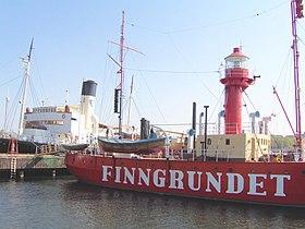 Fyrskeppet Finngrundet med Isbrytaren S/S Sankt Erik i baggrunden ved Vasamuseets landingsbro på Dyrehaven, Stockholm, 2006.