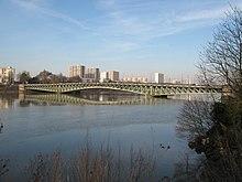 Pont sur la Loire, aux armatures métalliques vert pâle.