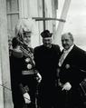 O Governador Civil do Porto, Adolfo Pimentel, acompanhado do Reitor do Colégio dos Órfãos e de D. Manuel II, aquando da visita oficial do monarca ao Norte do País (7 de Dezembro de 1908).png