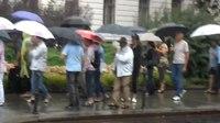 File:Odbor2014 - vrste protestnikov pred Vrhovnim sodiščem se redčijo 2.webm