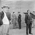 Op een kade van de haven van Haifa wachten relaties van de emigranten (oliem) a…, Bestanddeelnr 255-1129.jpg