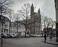 Overzicht over het plein met zicht op de westgevel van de kerk en de voorgevel van het buurpand - Maastricht - 20382953 - RCE.jpg
