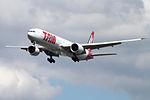 PT-MUA Boeing 777 TAM (14600822690).jpg