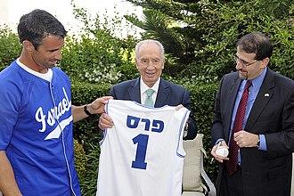 Brad Ausmus - Israel national baseball team manager Brad Ausmus, Israeli president Shimon Peres and U.S. ambassador Daniel B. Shapiro (l-r)