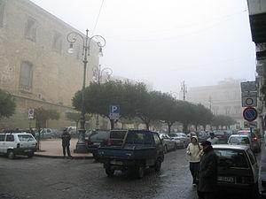 Scorcio di Piazza Vittorio Emanuele avvolta nella nebbia.