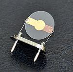 Piezoelektryczny rezonator kwarcowy.jpg