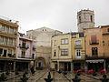 Plaça Major, al fons l'Església Arxiprestal (Sant Mateu).jpg