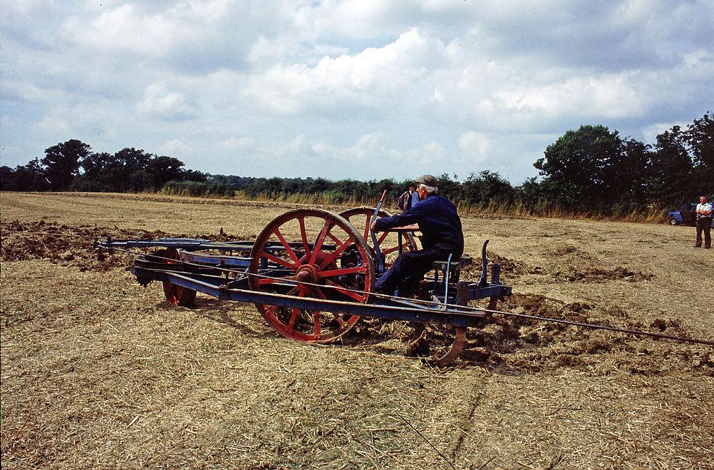 Der Dampfpflug 1024px-Ploughing_by_steam_in_Staplehurst