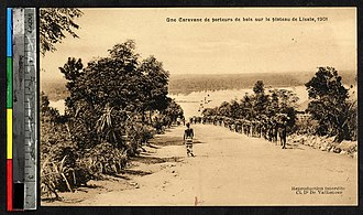 Lisala - Image: Porters carrying wood, Lisala, Congo, ca.1901 (IMP YDS RG101 021 0000 0087)