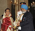 Pratibha Devisingh Patil presenting the Padma Vibhushan Award to Shri Montek Singh Ahluwalia, the Deputy Chairman, Planning Commission, at an Investiture Ceremony II, at Rashtrapati Bhavan, in New Delhi on April 01, 2011.jpg