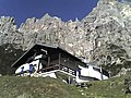 Rifugio 7º Alpini (Gruppo della Schiara, Gusela sullo sfondo).jpg
