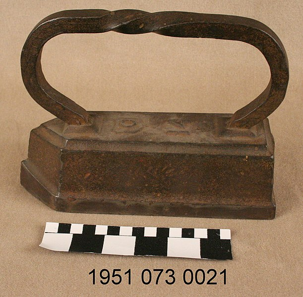 File:Sad Iron with twisted wrought iron handle.jpg