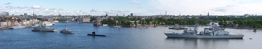 Vy over Saltsøen fra Södermalm med skibe ud af den svenske flåde, de norske resp danske kongeskibe Norge og Dannebrogen i baggrunden samt britiske HMS Kent (længst til højre) som danner en korridor.