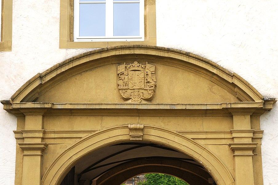 Detail vum Haaptportal mat Wopen um Suessemer Schlass.