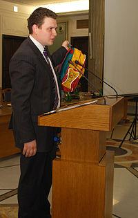 Poseł Tyszkiewicz prezentuje tornister swojej córki
