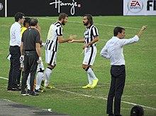Allegri (a destra) sulla panchina della Juventus nell'estate 2014, durante l'amichevole di Singapore contro una selezione locale.