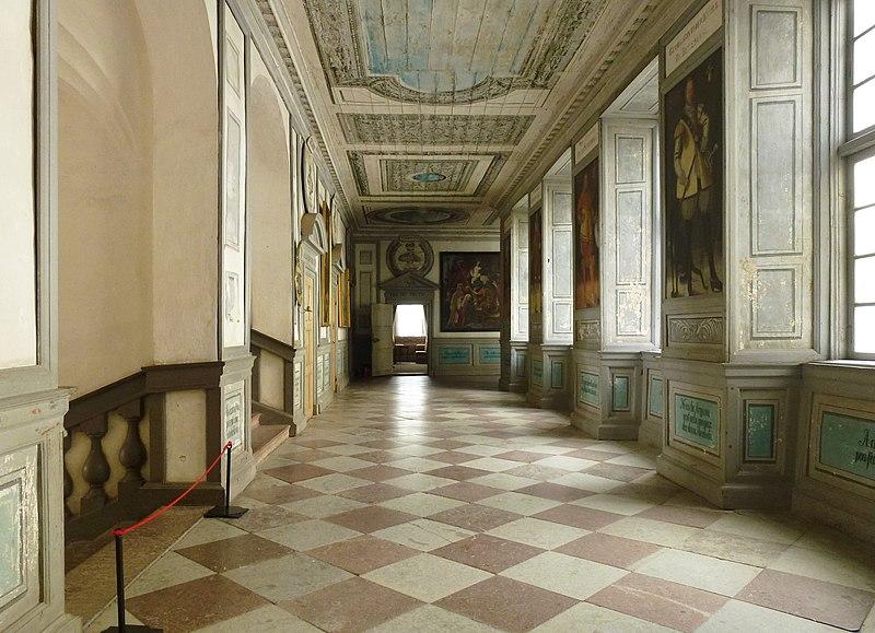 Skokloster korridor 1 tr 2013b.jpg
