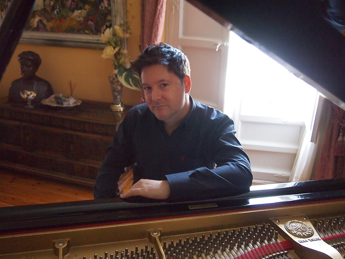 the life and music of american composer christopher tin The music combines elements of popular music of the day, with a strong influence of african-american music, of the period, with techniques typical of opera, such as recitative, through-composition and an extensive system of leitmotifs.