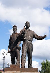 Soviet statue on the Green Bridge in Vilnius (7932316654).jpg