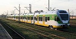 Nowoczesny pociąg Kolei Mazowieckiech przeznaczony do obsługi połączeń Warszawy z głównymi miastami aglomeracji