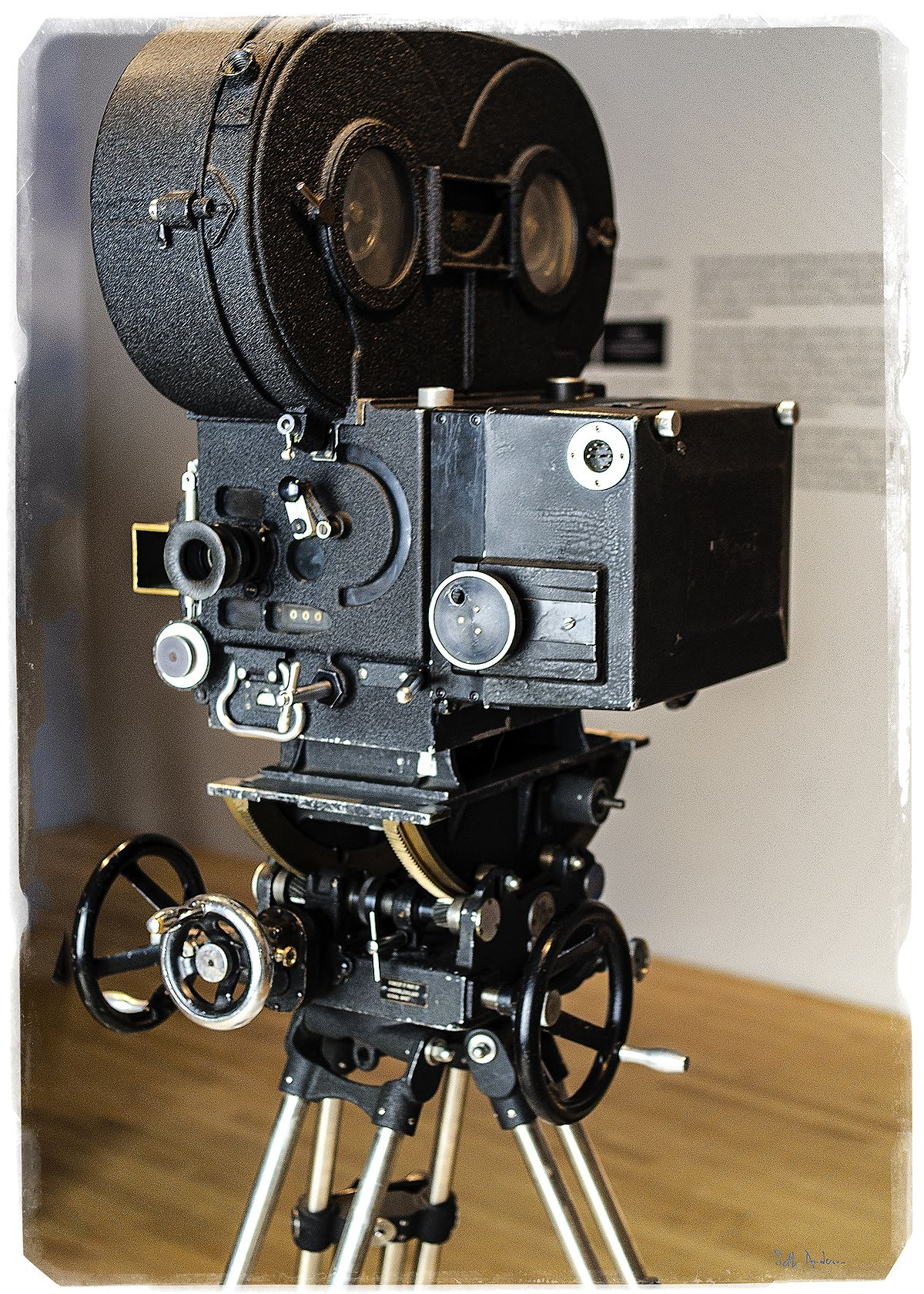 [Jeu] Suite d'images !  - Page 27 1200px-Stanley_Kubrick_LACMA_exhibit_-_%22A%22_Camera_backside