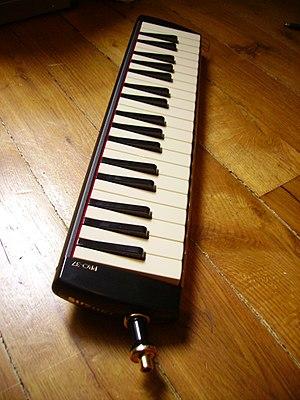 Melodica - Image: Suzuki melodion