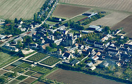 An aerial view of Talcy with its château