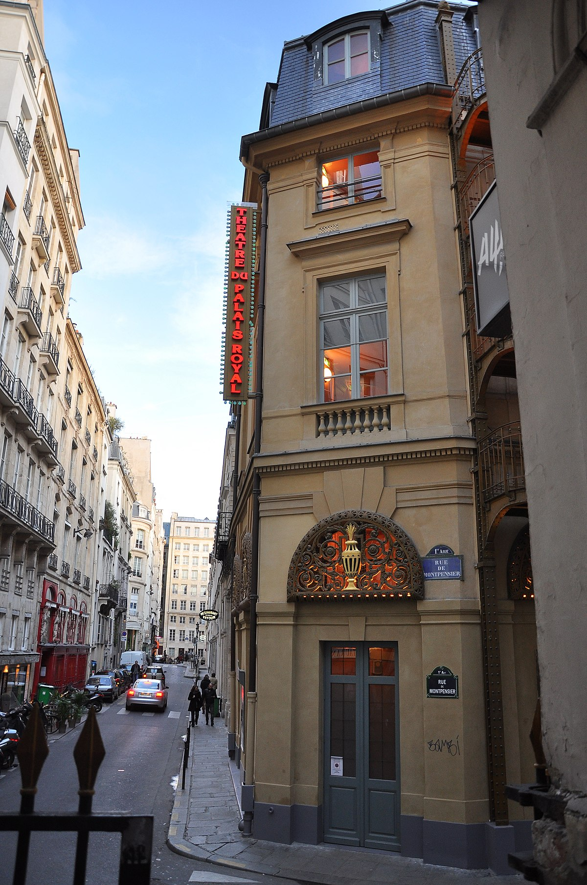 palais royal Palais royal is a chain of department stores that operates throughout the south it is owned by stage stores, which is one of the leading regional department store retailers and operates more than 660 stores in over 30 states.