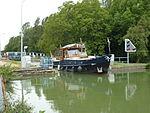 Thugny-Trugny, Canal des Ardennes écluse nr 8 (05 bateau sortant eau haute).JPG