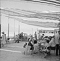 Toeristen op een terras aan de Dode Zee bij Lots Wife Inn., Bestanddeelnr 255-2705.jpg