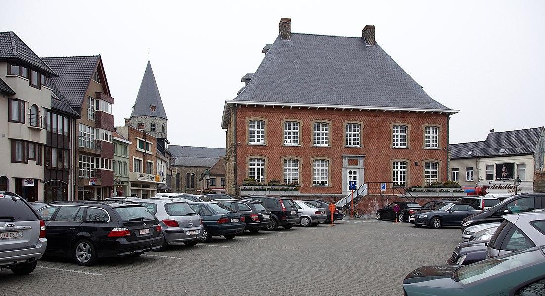 Marktplein met het stadhuis en in de achtergrond de Sint-Pietersbandenkerk