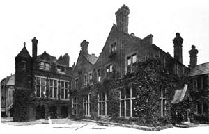 Arnold Toynbee - Toynbee Hall settlement house, Whitechapel, founded 1884, pictured here in 1902.