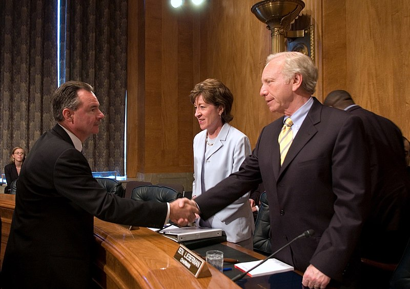 File:U.S. Senate Homeland Security and Governmental Affairs Committee Chairman Joe Lieberman and Ranking Member Susan Collins talk with FEMA Administrator R. David Paulison.jpg