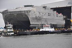 USNS Trenton (EPF-5) estas ekigita en Austal Usonon en septembro 2014