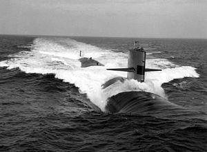 موسوعة غواصات البحرية الامريكية بعد الحرب العالمية الثانية بالكامل 300px-USS_Glenard_P._Lipscomb_%28SSN-685%29