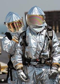 Bomberos entrenando con trajes de aproximación. b20da78f3ed8c
