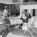 V.l.n.r. Hilde Eschen, Hermann Kreisselmeier en Walter Mehring zittend op een te, Bestanddeelnr 254-5036.jpg