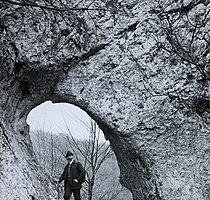 Vaskapu-szikla. Bekey Imre Gábor barlangkutató, turisztikai író. Fortepan 95109.jpg