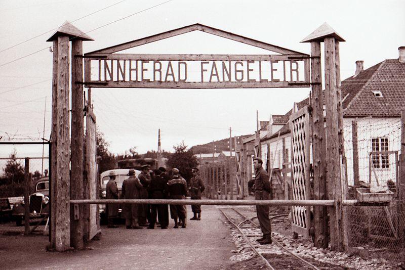 File:Ved porten på Falstad (Innherad fangeleir) (1945) - By the gate at Falstad (Innherad fangeleir) (1945) (6260627192).jpg