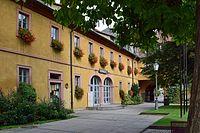 Veitshöchheim - ehem Kavaliersbau des Schlosses - nördlicher Trakt hofseitig - Rathaus.jpg
