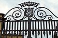 Via torre del gallo 10, Villa Agape-Arrighetti, stemma arrighetti sul cancello.JPG