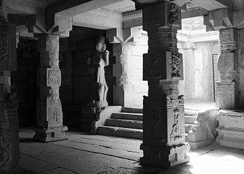 Vijaya Vittala temple inner chamber, Hampi.jpg