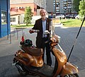 Wojciech Źródlak ze swoim skuterem przed DK 502 Łódź 10 maja 2016 fot M Z Wojalski 07138.jpg