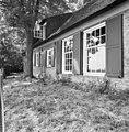 Zijgevel van rietgedekt huis met rietgedekte dakkapel, vensters met roedenverdeling, luiken - Maasdam - 20401173 - RCE.jpg