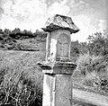 """""""Pil"""" nad Mančami (na cesti proti Štanjelu) z letnico 1684 1958 (3).jpg"""