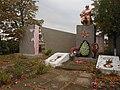 Братська могила 32 радянських воїнів та пам'ятник 204 воїнам-односельцям, загиблим у роки Великої Вітчизняної війни.jpg