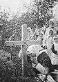 Женщина оплакивает мужа у подножия креста 1.jpg