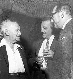 נפתלי וידרא (במרכז) עם דוד בן-גוריון.