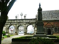 009.Sizun.L'ossuaire et l'arc de triomphe depuis l'enclos.JPG