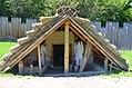 02017 0426 Rekonstruktion eines slawischen Grubenhauses aus der Zeit von 900 bis etwa 1000 im Freilichtmuseum Chotěbuz.jpg